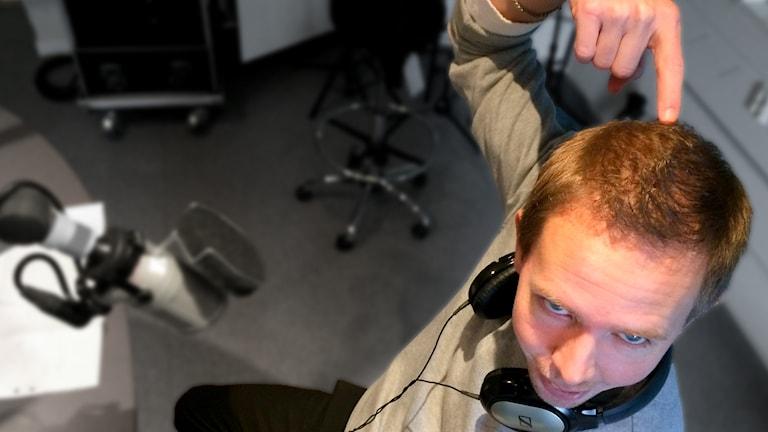 Christian Rosenqvist pekar på sitt huvud fullt med hår.