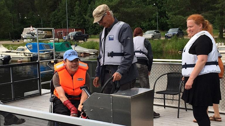 Ombord på Staffansgårdens flotte får Bill Palmquist hjälpa till att starta båten innan färden börjar.