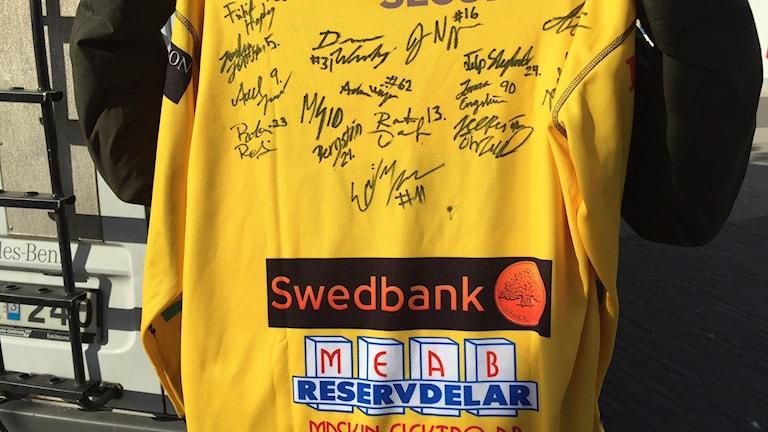 Brobergströja signerad av Brobergs a-lag säsongen 16-17.