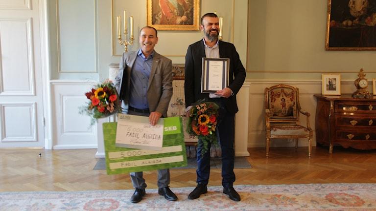 Fadil Algieda och Tahir Cicek står i Gävle slott med buketter och blommor.