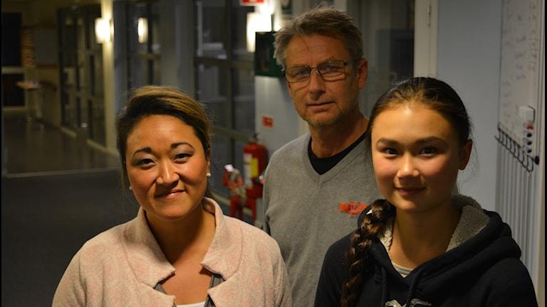 Hästryttaren Felicia Lång, tillsammans med mamma Camilla och pappa Per.