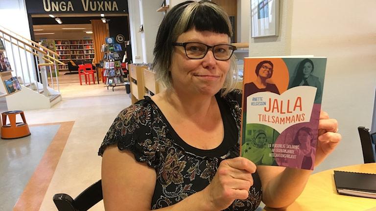 Anette Helgesson har skrivit boken Jalla tillsammans.