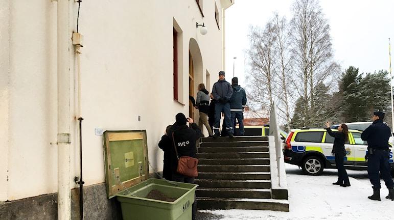 Den misstänkte förs in i rättssalen vid Hudiksvalls tingsrätt med handfängsel den första rättegångsdagen.
