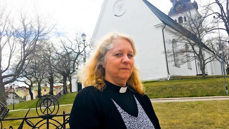 Ann-Louise Åkerlund, sjukhuspräst St Jakobsgården framför kyrka