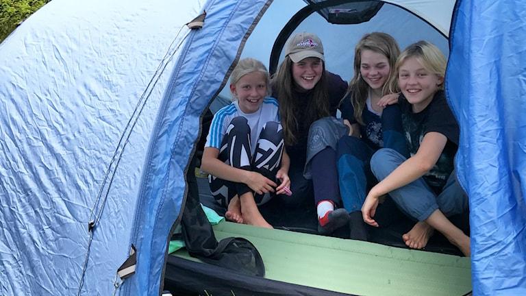 Fyra barn i ett blått tält