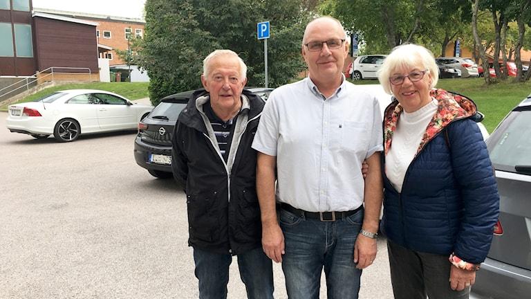 Lars-Erik Abrahamsson från NTF, i mitten, utbildar 50 pensionärer i trafiksäkerhet den här veckan. Per-Olof Bergvall och Karin Fagerlund är två av dem.