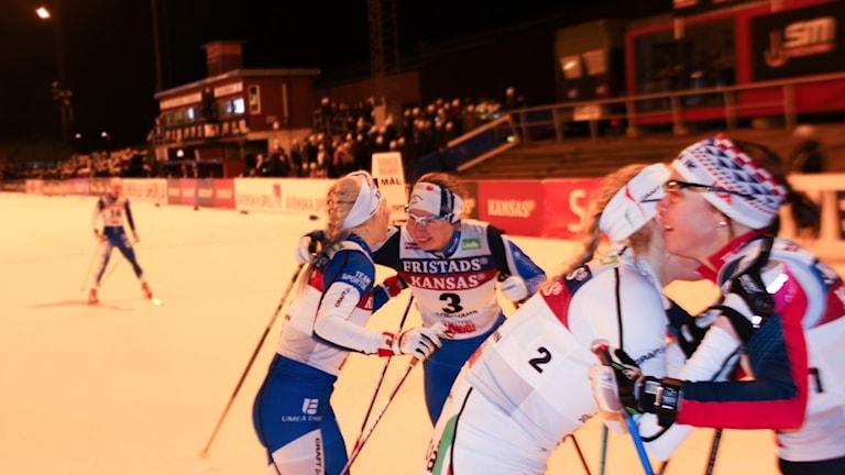 Evelina Settlin gratulerar vinnaren Jonna Sundling från Umeå.