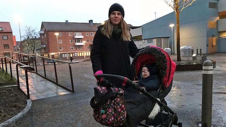 Josefine Gustafsson med sin son Sixten i barnvagn
