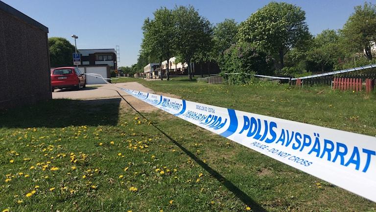 Flera polisavspärrningar sattes upp vid Ludvigsbergsskolan efter det påstådda knivdådet.