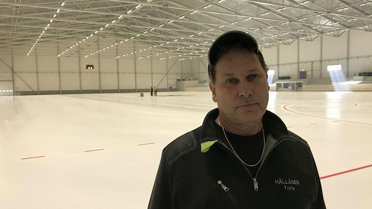 Tony Larsson, driftansvarig på Hällåsen, vill inte lova att det blir match på lördag. Men nog ser det hoppfullt ut.