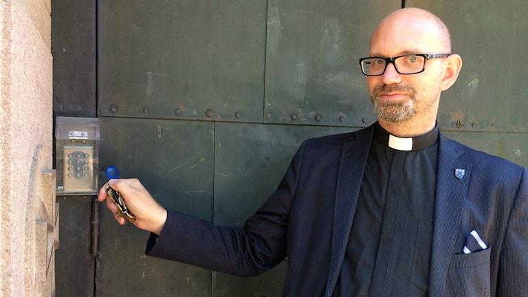 Peter Hallgren Stjerndorff visar hur han och hans kollegor numera kommer in i de mer inbrottssäkra kyrkorna.