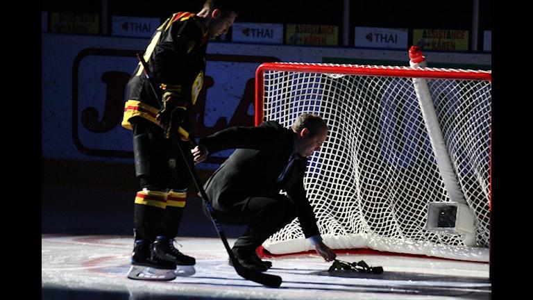 Mikael Sundlöv lägger en ros i målburen som en hyllning till nyligen avlidne Brynäslegendaren Wille Löfqvist innan nedsläppet i torsdagens ishockeymatch