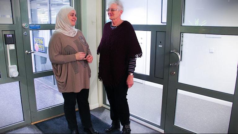 Maud arbetar med Asylkommittén och Widad är asylsök