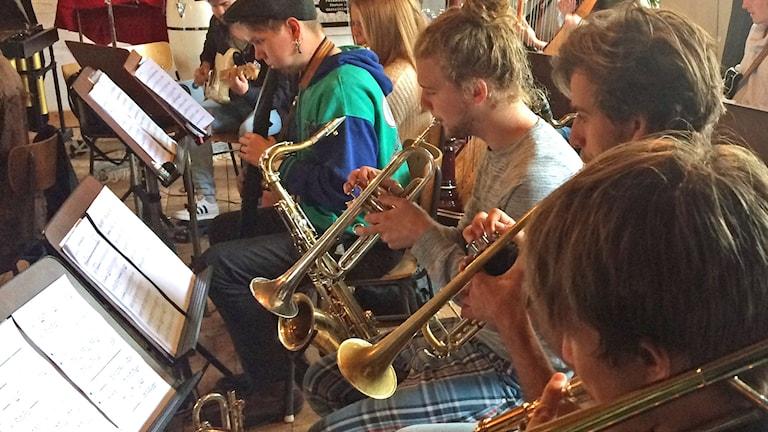 LYRC Orchestra mitt i en musikrepetition inför konsert