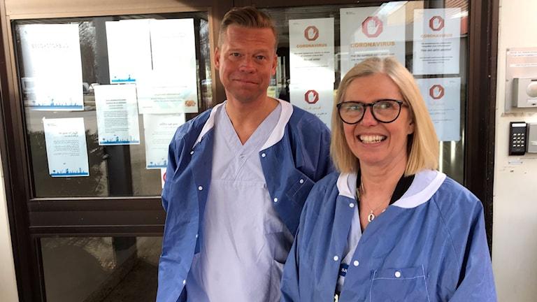 Peter Sund och Christina Fernström i blå sjukhuskläder.
