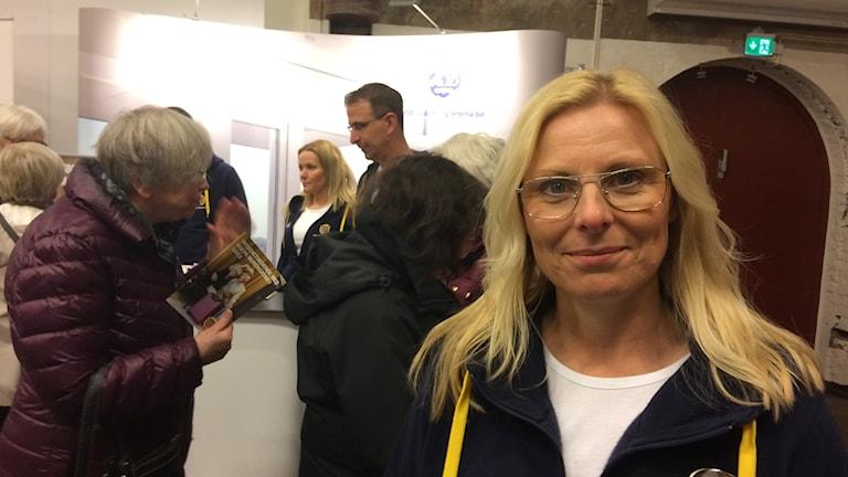 Anna-Karin Widehammar från HSB framför deras monter på seniormässan