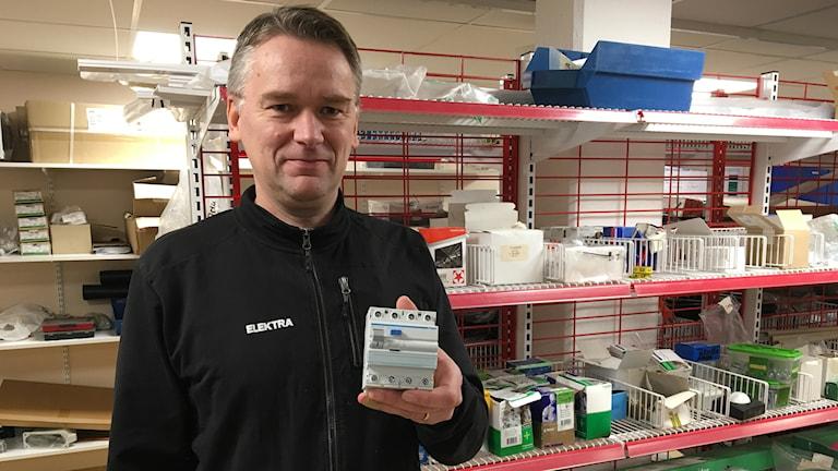 För att ha en säker el i hemmet så ska man installera en jordfelsbrytare tycker Magnus Bergström filialchef på Elektra i Bollnäs.