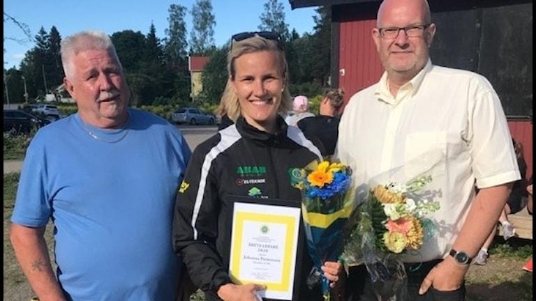Johanna Pettersson tillsammans Bernt Melin, representant från föreningen Årets Ledare och Skutskärs IF:s ordförande Sören Sandström.