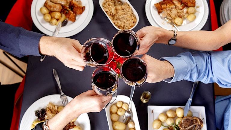 Julbord med alkohol.