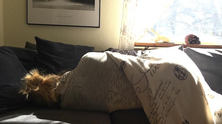 Sara vilar på soffan