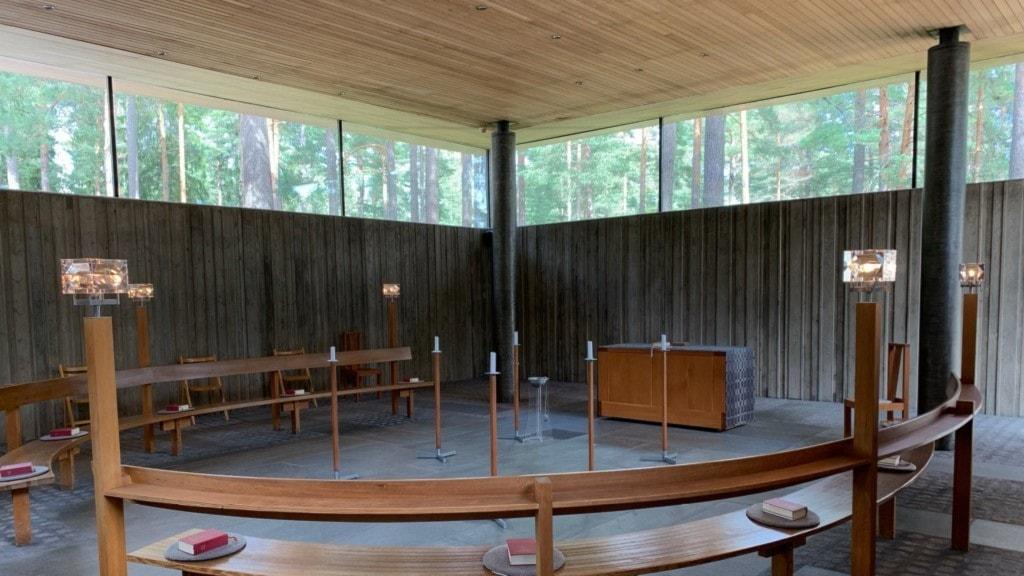 bild på bänkar inne i ett av kapellen på gävle krematorium