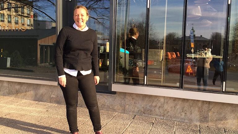Sarah Johansson, restaurangägare av Sarahs i Gävle, står utanför sin restaurang.