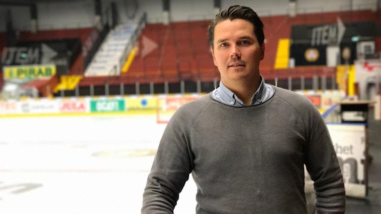 Kari Litmanen, försäljningschef på Brynäs IF står vid sargkanten med hockeyplanen i bakgrunden.