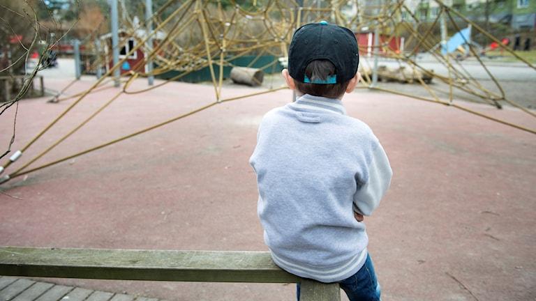 Ensamt barn på en lekplats.