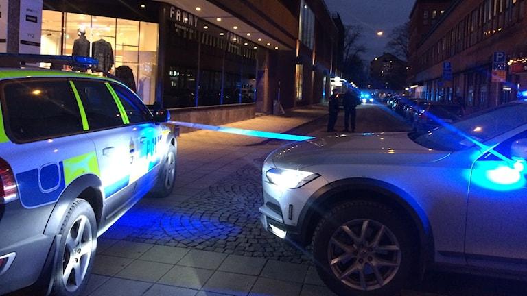 Två personer blev knivskurna utanför Flanör i centrala Gävle under onsdagseftermiddagen.