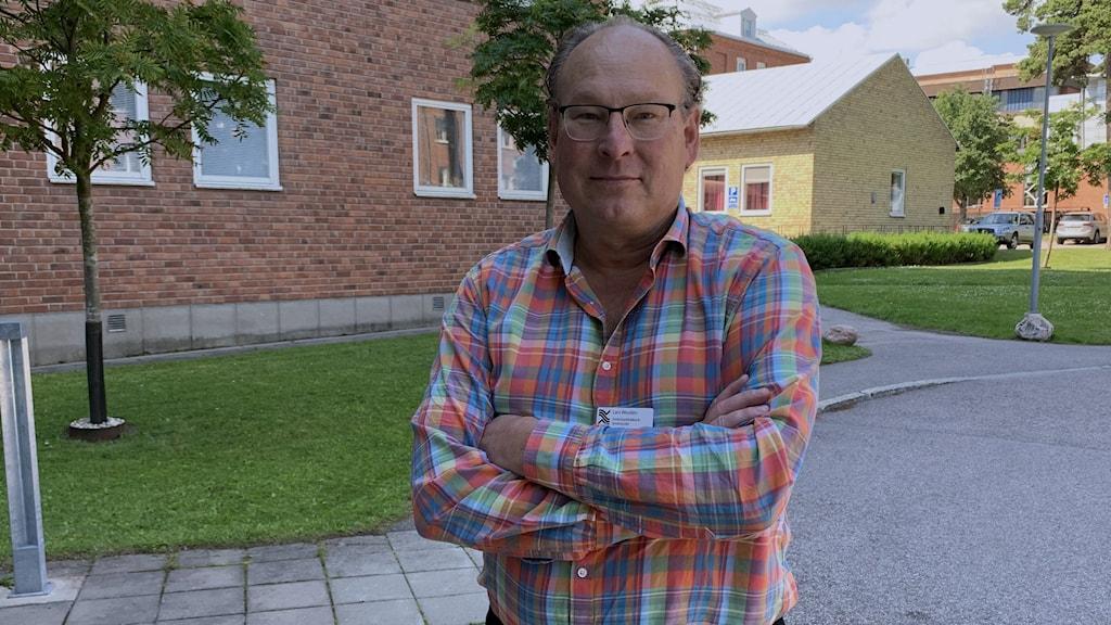 Smittskyddsläkaren Lars Wesslén i rutig skjorta utanför Gävle Sjukhus.