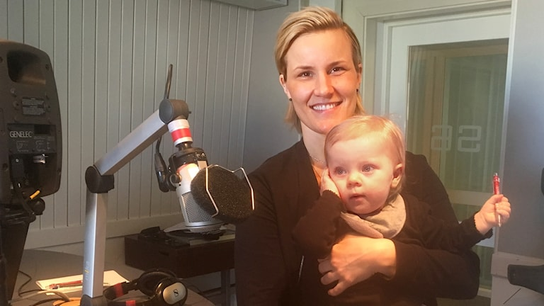 Johanna Pettersson med dottern Nike.