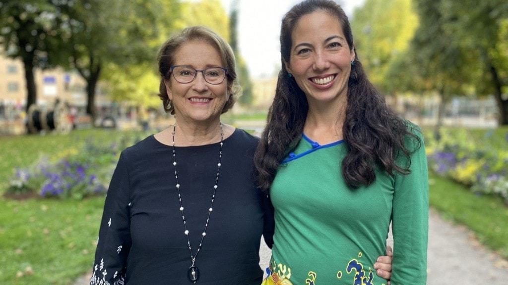 två kvinnor som står och ler bredvid varnadra