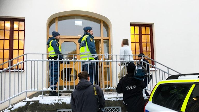Den åtalade expojkvännen förs in i Hudiksvalls tingsrätt under en av förhandlingsdagarna.