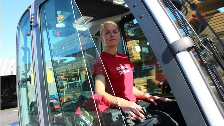 För några veckor sen öppnade Byggmax i Söderhamn och platschefen Jenny Asplunds arbetsuppgifter varierar från administrativt kontorsjobb till truckkörning på brädgården.