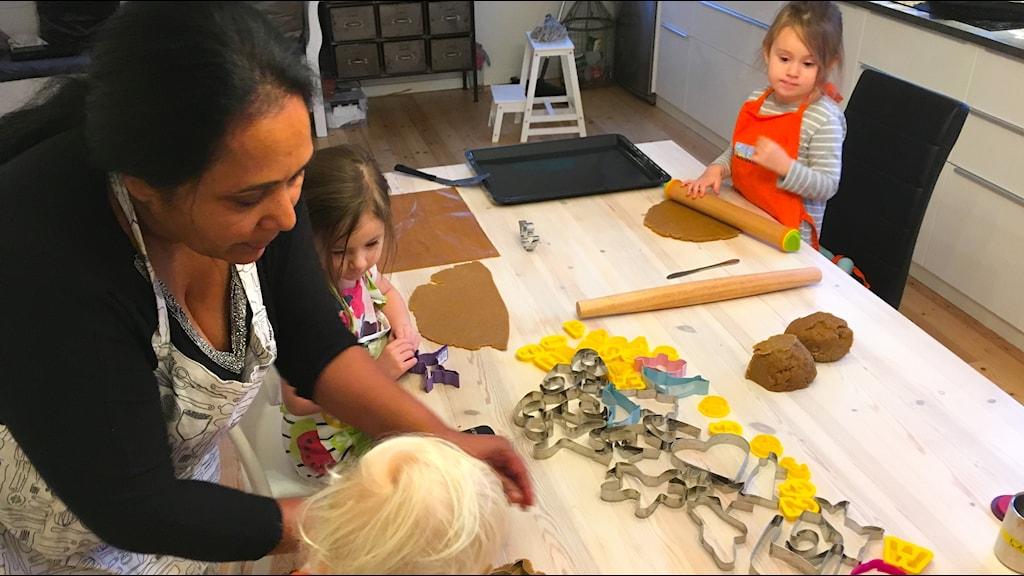 Shashi Berglund bakade pepparkakor tillsammans med Alice, Celeste och Sofia.