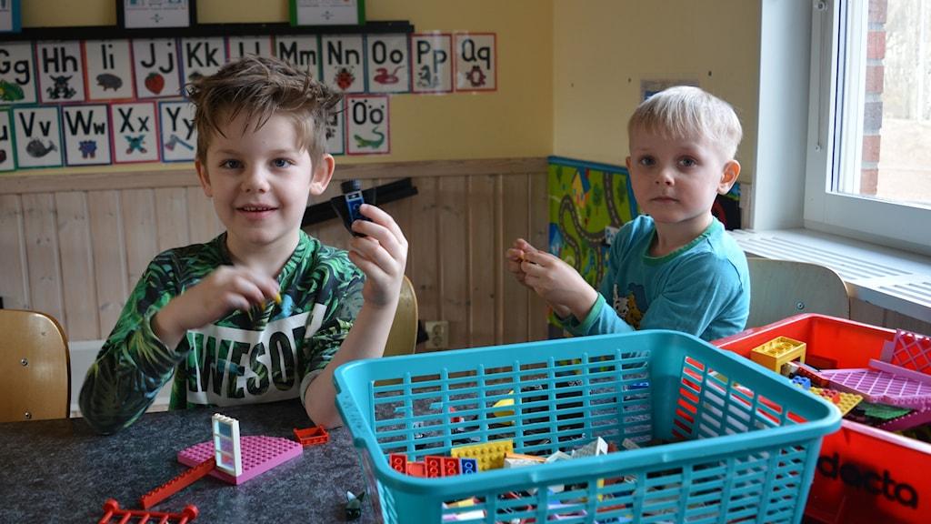 Sebastian, 5 år, och Axel, 4 år, på Milbogården gillar att leka med leksaker.