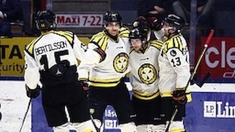 Brynäs Juuso Ikonen (15, mitten) gjorde det avgörande målet när Brynäs vann med 3-2 mot Örebro. Arkivbild.