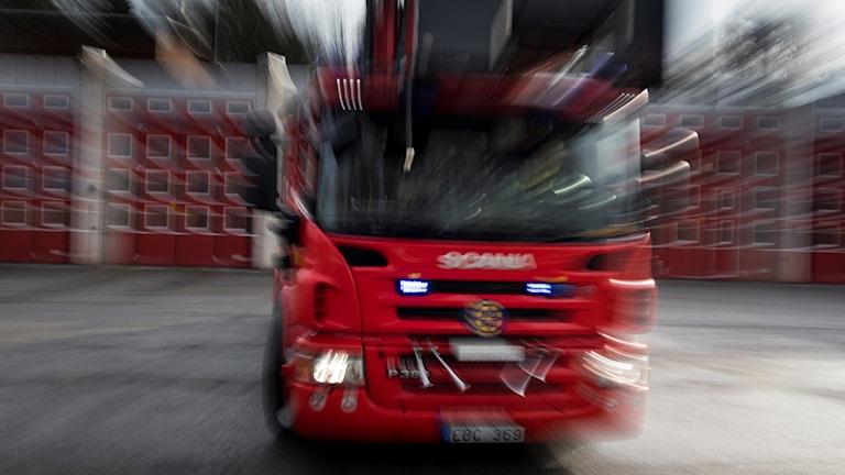 En brandbil som kör snabbt.